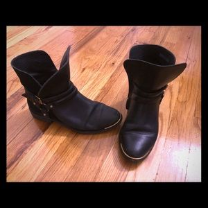 Ugg leather and suede buckle boots black
